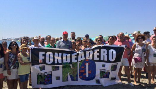 Multitudinaria cadena humana en Torreguadiaro contra el fondeadero