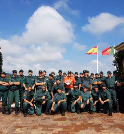 Sergio García posa con el título con los agentes de la Guardia Civil